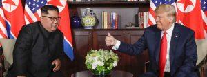 dpatopbilder - 12.06.2018, Singapur: Donald Trump (r), US-Präsident, und Kim Jong Un, Machthaber von Nordkorea, begrüßen sich zu Beginn ihres Treffens auf der Insel Sentosa. Foto: Evan Vucci/AP/dpa +++ dpa-Bildfunk +++
